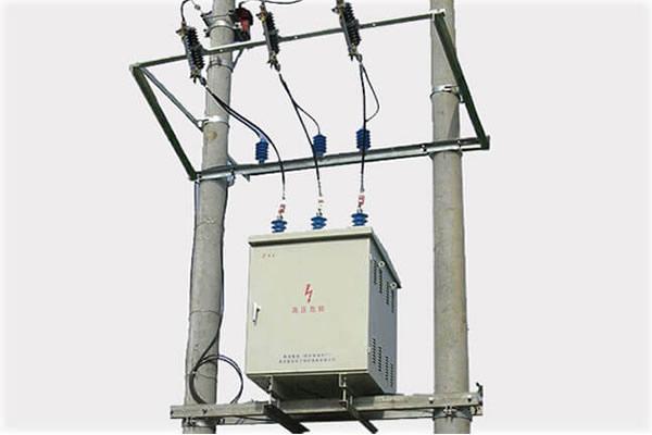 Pole mounted reactive power compensation panel